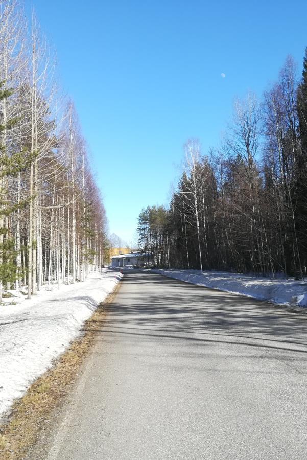 Lunta vielä riittää, mutta tiet ovat jo vapaat