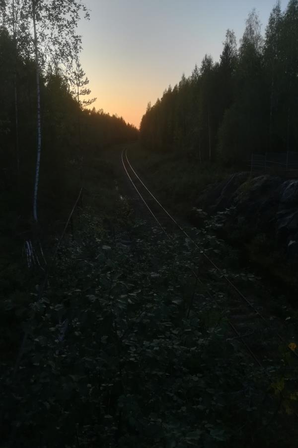 Kaivoksen vanha rata iltahämyssä